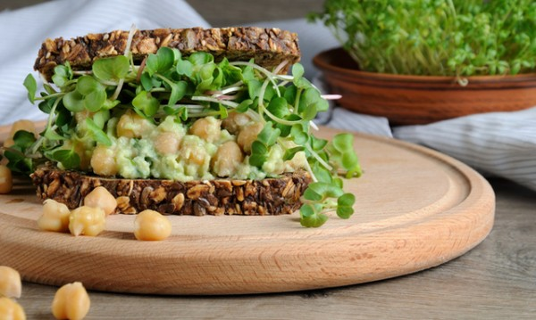 Рецептата Dnes: Свеж сандвич с нахут и авокадо