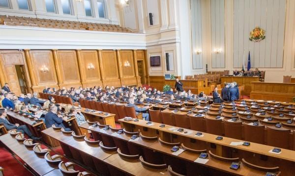 Още двама депутати дадоха имунитета си