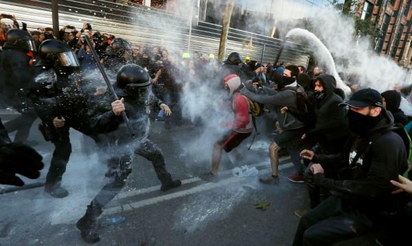 Стотици каталунски сепаратисти в сблъсъци с полицията