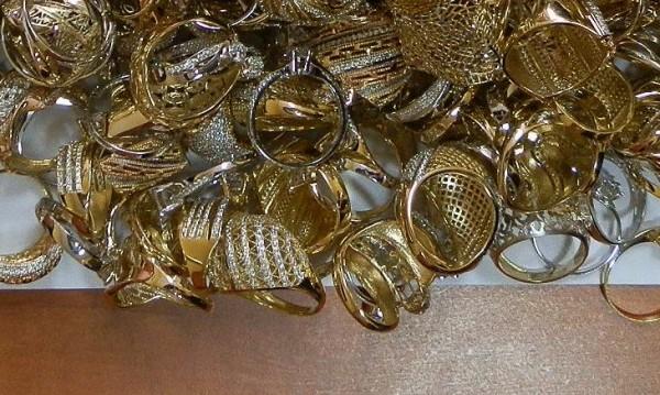 Две баби дадоха над 5 бона и злато на ало апаши