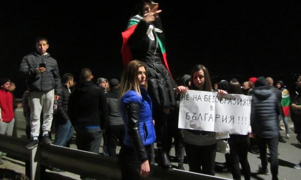 Полицаи използваха спрей срещу протестиращи във Варна