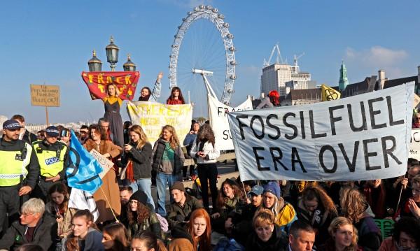 70 екоактивисти в ареста, блокирали мостове над Темза
