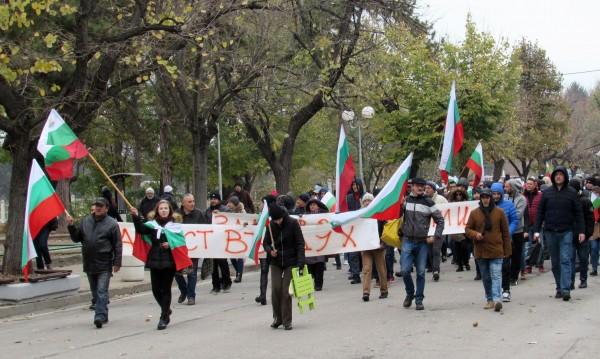Протестиращи затварят пътища, в София се чакат 300 коли