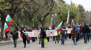 Протестиращи затварят пътища, в София се очакват над 300 коли