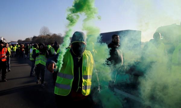 """""""Жълтите жилетки"""" пак на протест срещу цените на горивата"""