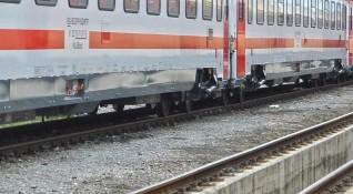 Пътнически влак дерайлира, пострада машинистът