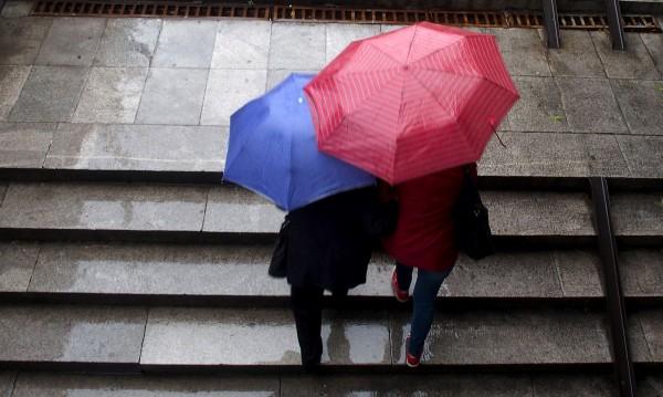 Зимно време: Облаци, дъжд, на места поледици