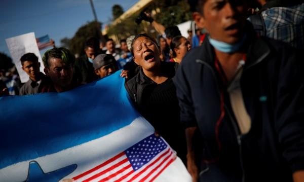 Мигранти атакуваха US границата... получиха сълзотворен газ