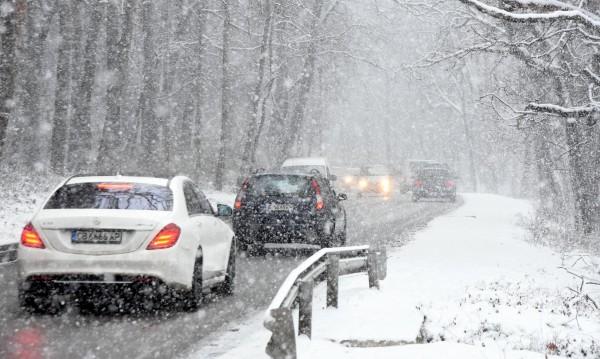 Затворени участъци, катастрофи... Снежен ад в Северозапада!