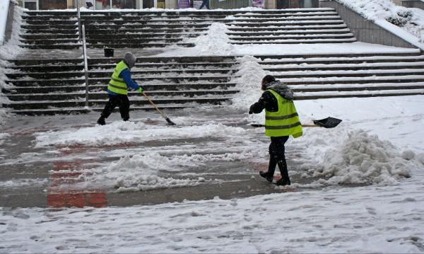 Заради снега: Няколко села останаха без ток