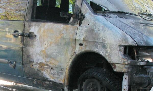 3 микробуса горяха при пожар на паркинг