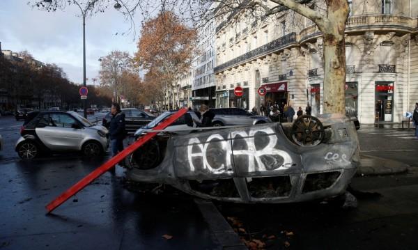 """А в разцепена Франция: """"Жълтите жилетки"""" – черни лебеди за Макрон"""