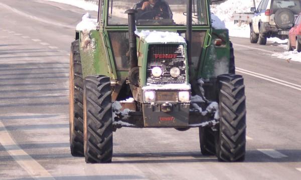Камион удари трактор, движел се по средата на пътя