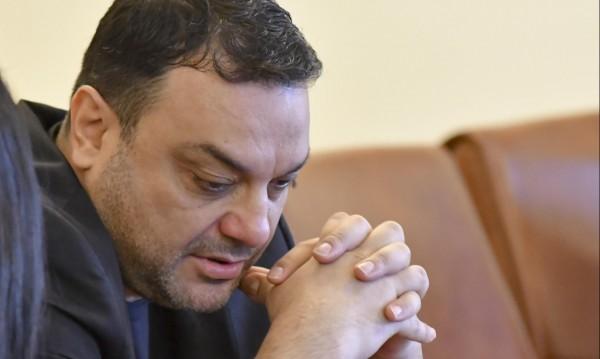 Московски си тръгва от парламента, отива в... банка