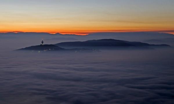 Зимата дойде – дърва и въглища горят, на Балканите се душат