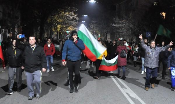 На двата полюса: За участие в протести, за управлението
