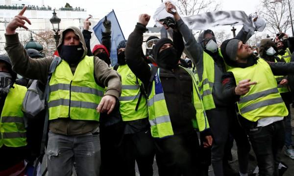 """Сълзотворен газ срещу """"жълти жилетки"""" в Париж"""