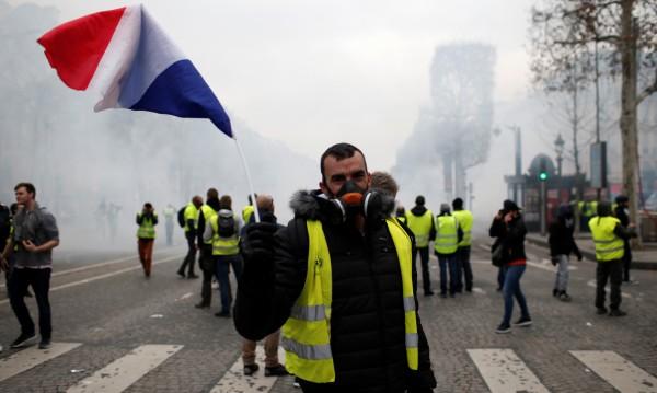 """Сблъсъци, блокади във Франция: Гневът на """"жълтите жилетки"""""""