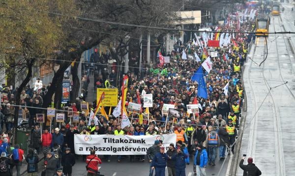 """Унгарците на протест срещу закон за """"робския труд"""""""