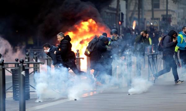 135 ранени във френските протести, над 1300 - в ареста
