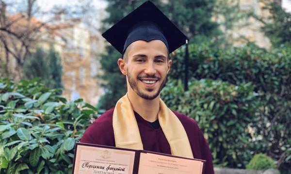 Прeстилката му отива! Наум Шопов – дипломиран лекар
