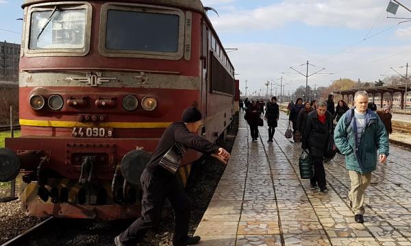 Бързият влак София - Варна излезе от релси до Реброво