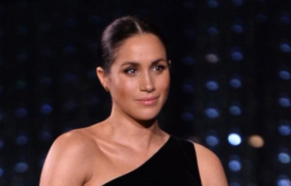 Меган гушна бременното си коремче на  Fashion Awards 2018
