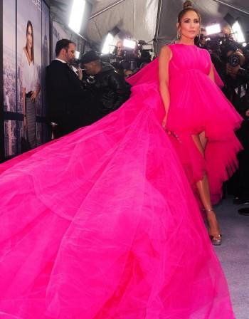 Джей Ло едва побра роклята си... в миниван