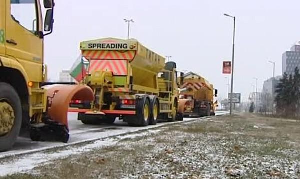 Снегопочистваща машина се обърна край Кюстендилско