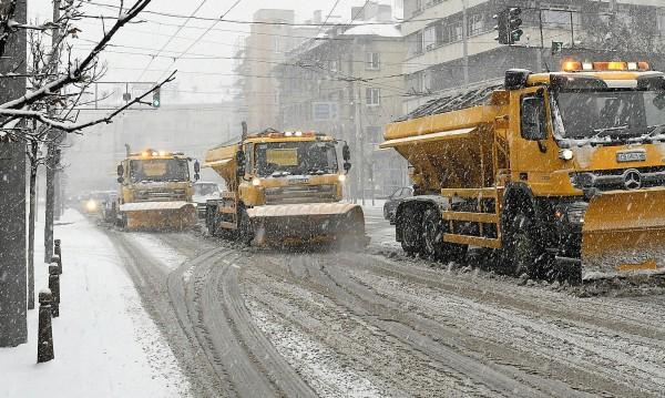Столичните снегорини дежурили, избутали снега от улиците