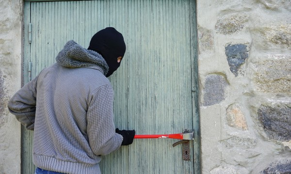 Преди Нова година: Биха и ограбиха дядо в Пловдивско