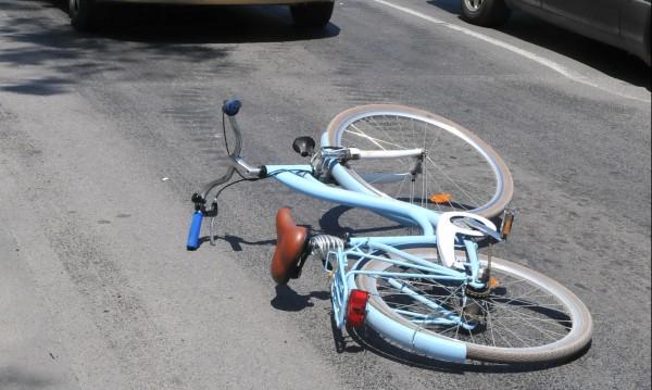 Блъснаха велосипедист, мъжът изпадна в кома