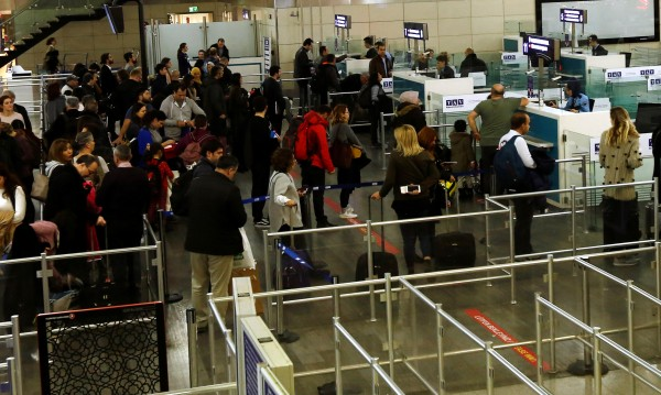 Мигрантите с поглед, вперен в Европа... И фалшив паспорт в джоба!