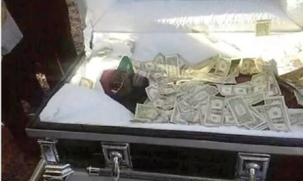 Подкуп към Бог!? Мъж от Уганда погребан с $1600