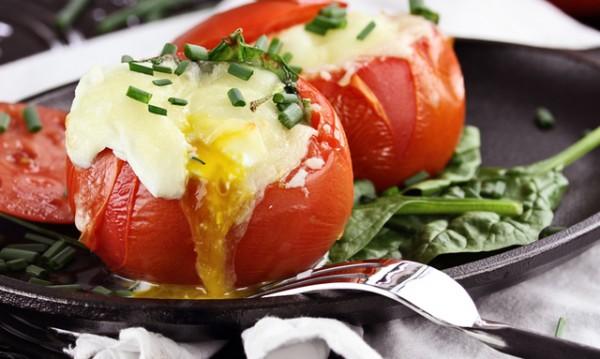 Рецептата Dnes: Пълнени домати с колбас и яйце