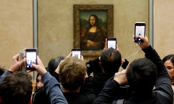 Мона Лиза не ни следи, просто хората са самовлюбени. Факт!