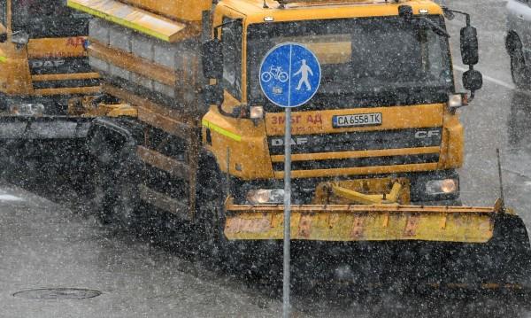 181 снегорина чистят в София, обработват срещу лед