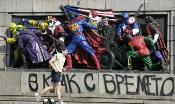 Те изрисуваха Паметника на Съветската армия, сега поправят пейки!
