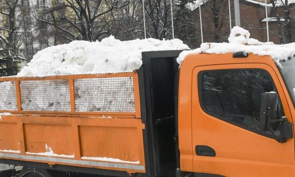 Ниски температури: 77 снегорина на работа в София!