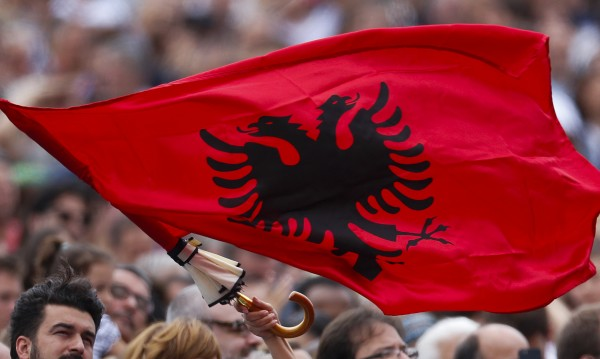 Подписано: Албанският – официален език в Македония!