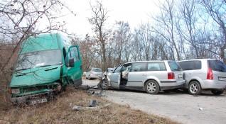 Четири коли във верижен ад на селски път в Хасковско