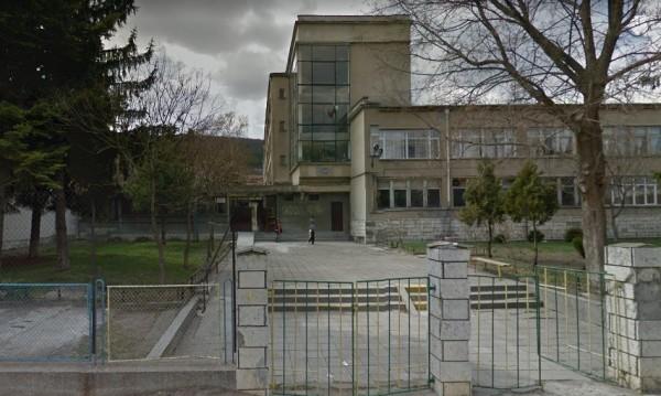Осъдиха учителка от Шумен за шамари и бой с... пръчка