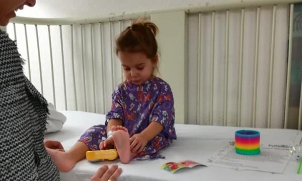 Оперираха малката Лора успешно, а тя – усмихва се, закача се!