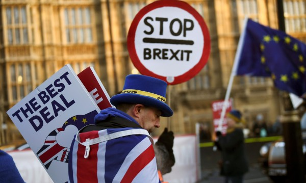 Как британци обръщат палачинката: Първо за Brexit, сега за ЕС