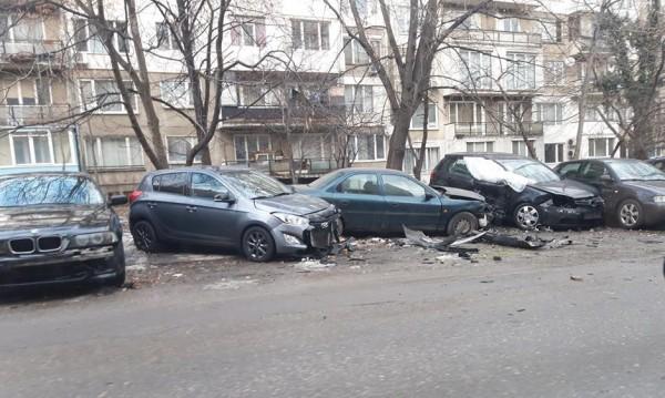 Екшън в ранна утрин: Мъж потроши 7 коли, гонили го да го ограбят