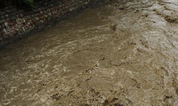 Висока скорост, мокър асфалт и... кола в река