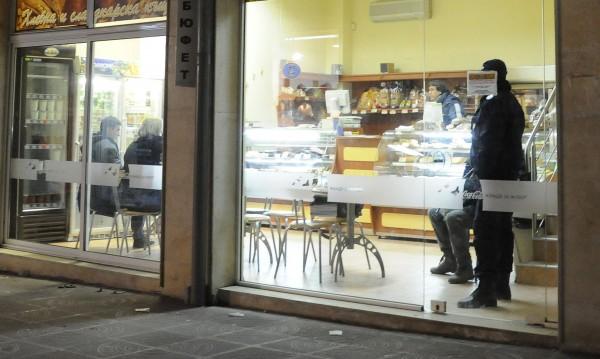 Трима непълнолетни разбивали сладкарници в Бургас