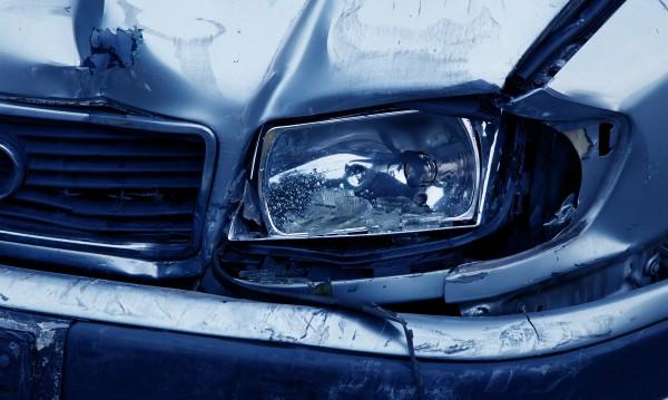 Шофьор се заби в дърво, пострадаха четири жени