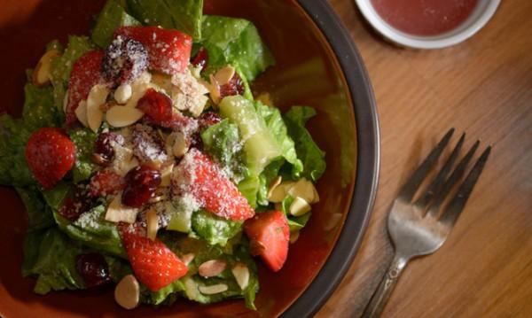 Рецептата Dnes: Салата с маруля, нар и бадеми