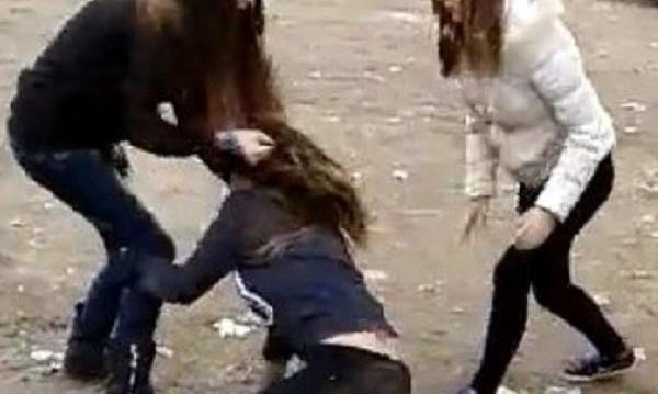 """Тийнейджърки бият момиче в Сандански и... """"разсеяни"""" минувачи"""